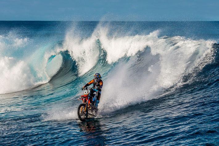 surfando de moto
