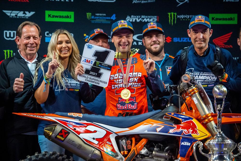 Cooper Webb recebe a placa de campeão da classe 450SX! Foto: Align Media